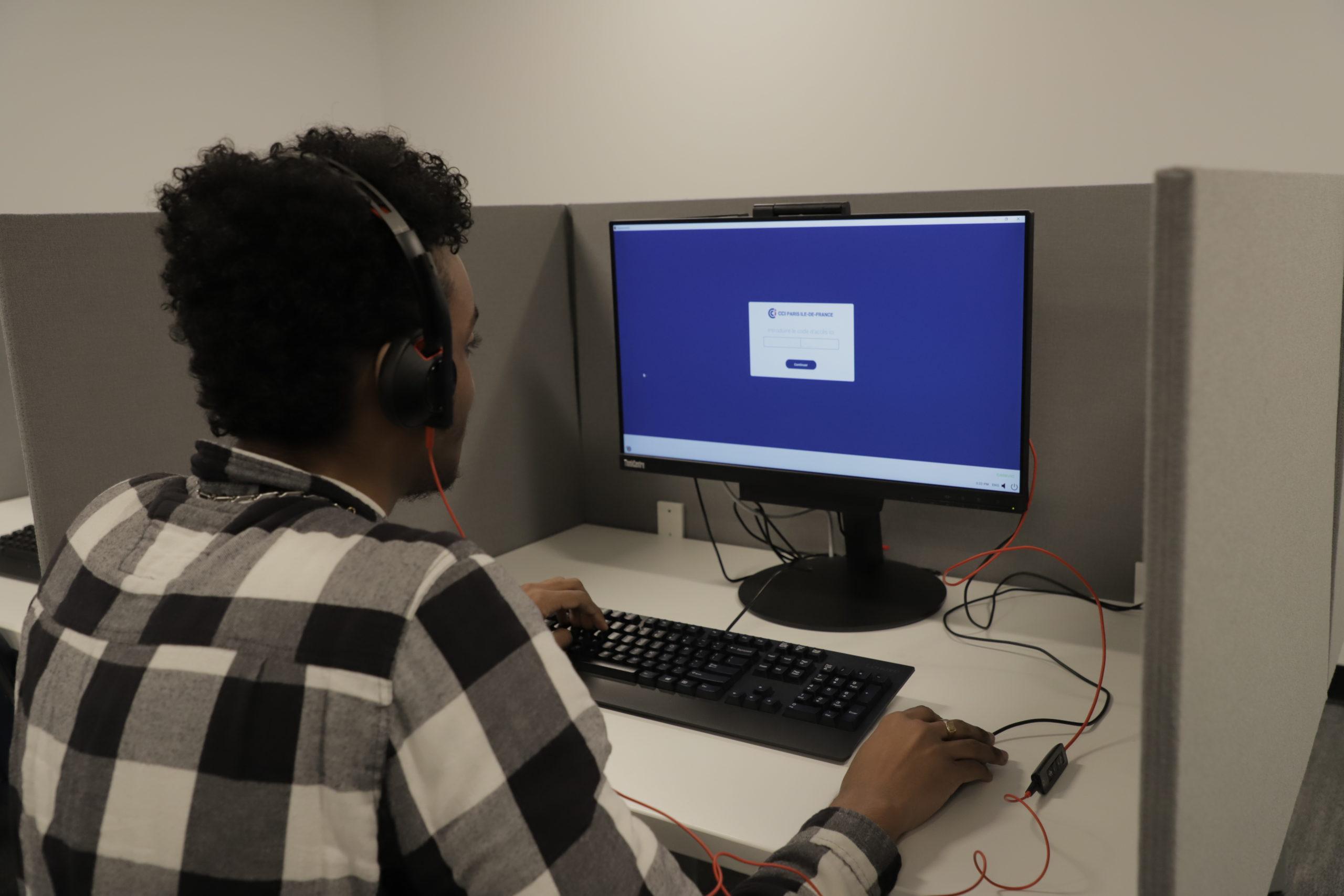 candidat qui passe le test sur ordinateur